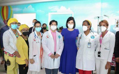 Equipo del Centro Oncológico Pediátrico, COP INCART recibe a la Primera Dama en actividad con los pacientes